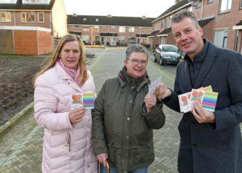 Wethouder Broersma deelt zaadjes voor klaprozen uit aan inwoners van de Klaproos