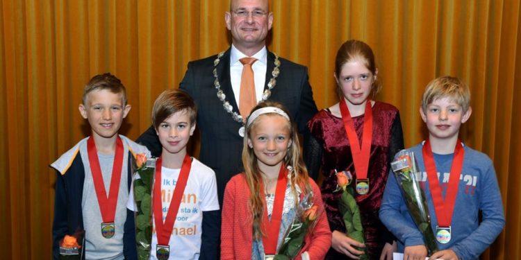 Tijdens de lintjesregen van 2019 reikte burgemeester Nieuwenburg 5 jeugdlintjes uit