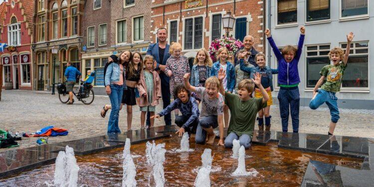 Drie kerken sproeien water op Kerkplein