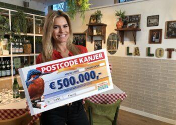 Marianne en Jaap uit Koedijk ontvangen cheque van 500.000 euro